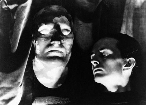 """Edward James et """"L'avenir des statues"""" de René Magritte, photographie de Norman Parkinson, 1939"""